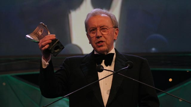 Sir David Frost accepts the Fellowship