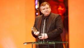 Brendan Gleeson accepts award