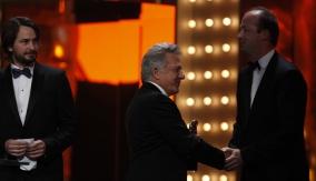 Dustin Hoffman presents the award