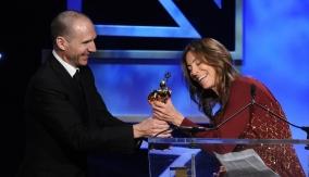 Kathryn Bigelow accepts her award