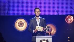 Pat Sharp presents the award