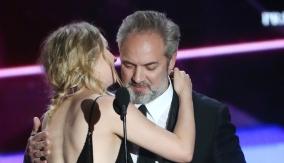 Saoirse Ronan presents Sam Mendes with his award