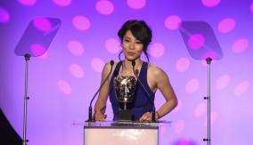 Jing Lusi presents the award